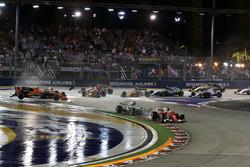 Sebastian Vettel, Ferrari SF70H en tête alors que Fernando Alonso, McLaren MCL32, Kimi Raikkonen, Ferrari SF70H et Max Verstappen, Red Bull Racing RB13 s'accidentent