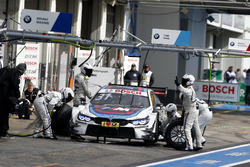 Boxenstopp: Tom Blomqvist, BMW Team RBM, BMW M4 DTM