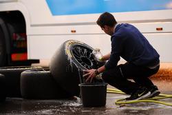 Il membro di un team lava uno pneumatico Dunlop