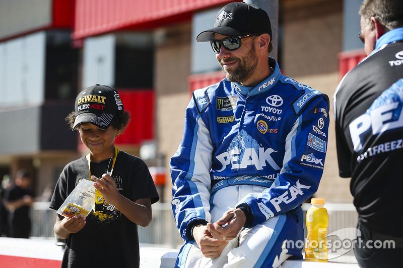 Matt Kenseth, Joe Gibbs Racing Toyota con un joven fan