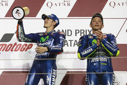 Podium: ganador, Maverick Viñales, Yamaha Factory Racing; tercero, Valentino Rossi, Yamaha Factory Racing