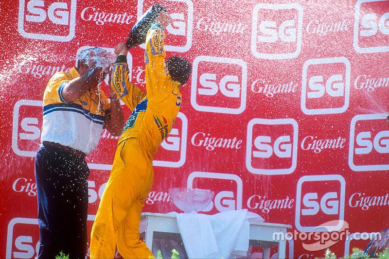 Podio: il vincitore della gara Michael Schumacher, Benetton, Flavio Briatore