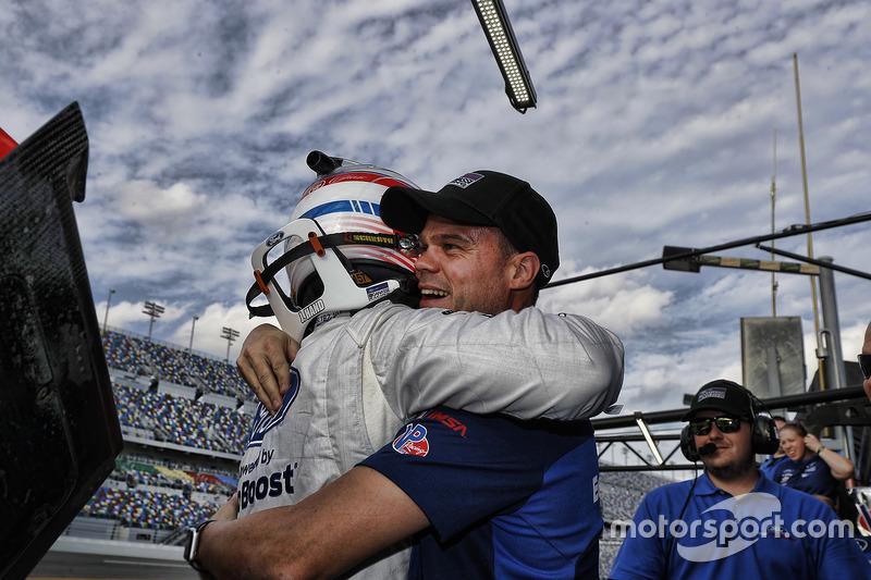 Pole position GTLM de Joey Hand, Ford Performance Chip Ganassi Racing, celebra con su compañero Dirk Müller