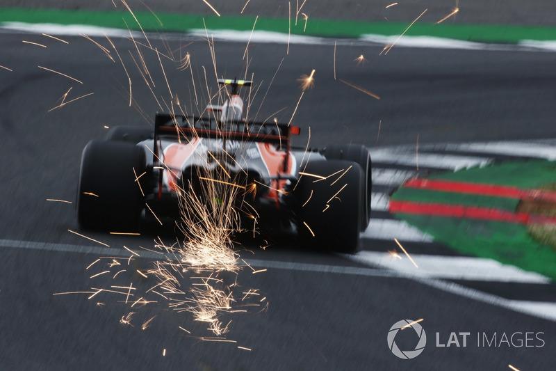 Stoffel Vandoorne, McLaren MCL32, desprende chispas