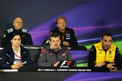 Руководитель команды Scuderia Toro Rosso Франц Тост, заместитель руководителя Sahara Force India F1 Роберт Фернли, руководитель Sauber Мониша Кальтенборн, руководитель команды Haas F1 Гюнтер Штайнер и управляющий директор Renault Sport F1 Сириль Абитбуль