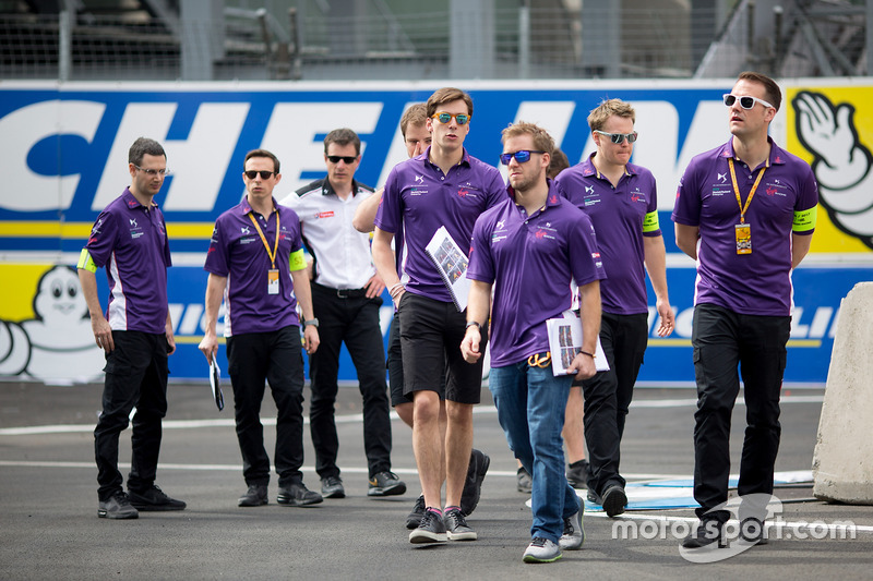 Sam Bird, DS Virgin Racing, walks the track with his team