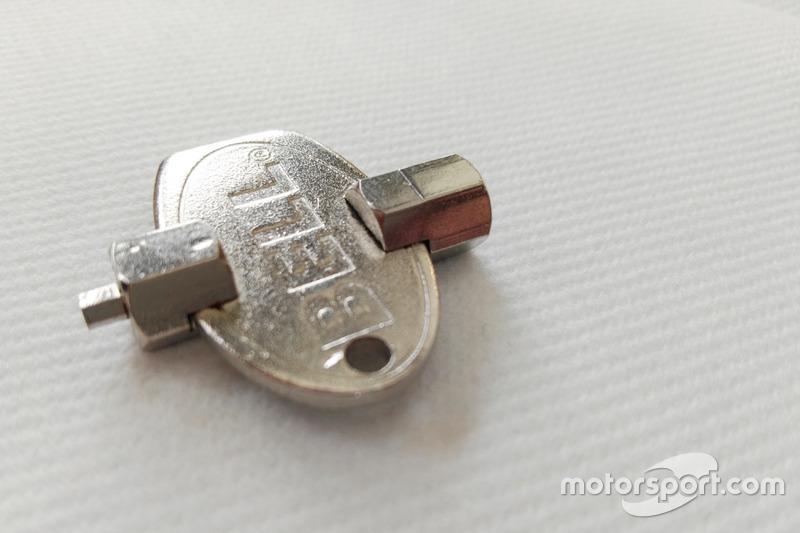 Ключ для визора шлема