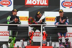 Podium : le deuxième Leon Haslam, Puccetti Racing, le vainqueur Tom Sykes, Kawasaki Racing, le troisième Alex Lowes, Pata Yamaha
