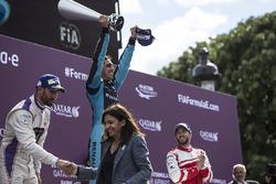 Sébastien Buemi, Renault e.Dams, festeggia sul podio con Jose Maria Lopez, DS Virgin Racing