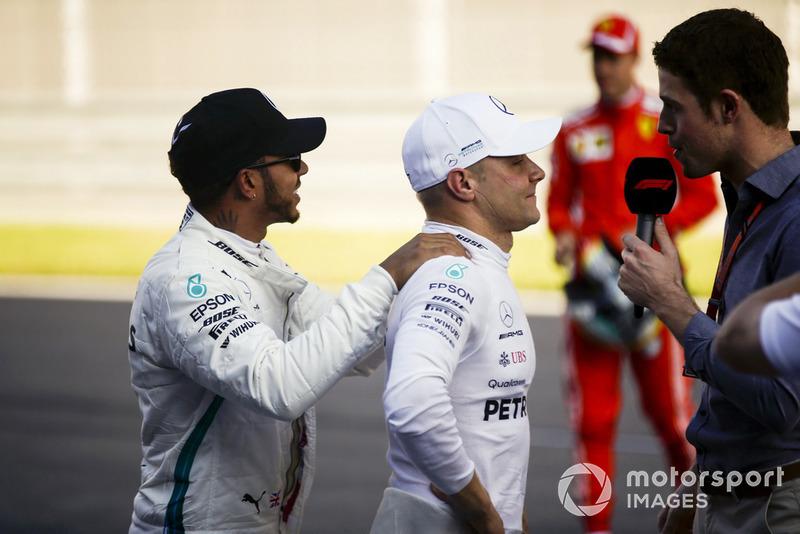 Lewis Hamilton, Mercedes AMG F1, felicita al ganador de la pole Valtteri Bottas, Mercedes AMG F1
