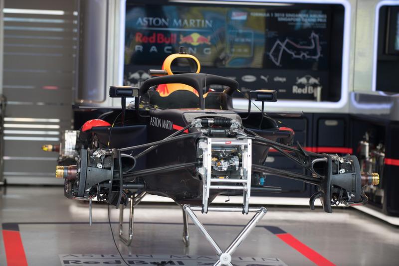 El Red Bull Racing RB14 en el box