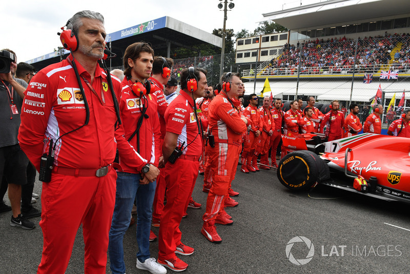 Maurizio Arrivabene, Ferrari Team Principal and Antonio Giovinazzi, Ferrari on the grid
