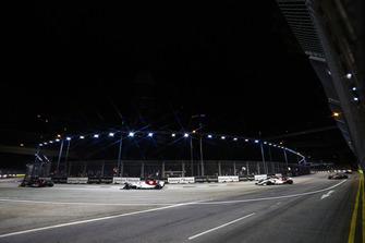 Pierre Gasly, Scuderia Toro Rosso STR13, devant Charles Leclerc, Sauber C37, et Marcus Ericsson, Sauber C37