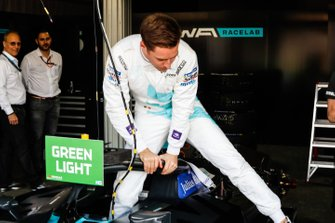 Stoffel Vandoorne, HWA Racelab sale de su VFE-05 en el garaje
