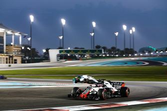 Romain Grosjean, Haas F1 Team VF-18 leads Sergey Sirotkin, Williams FW41