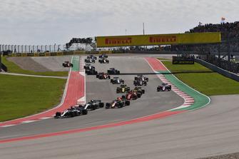 Lewis Hamilton, Mercedes-AMG F1 W09, Valtteri Bottas, Mercedes-AMG F1 W09 and Daniel Ricciardo, Red Bull Racing RB14 at the start of the race