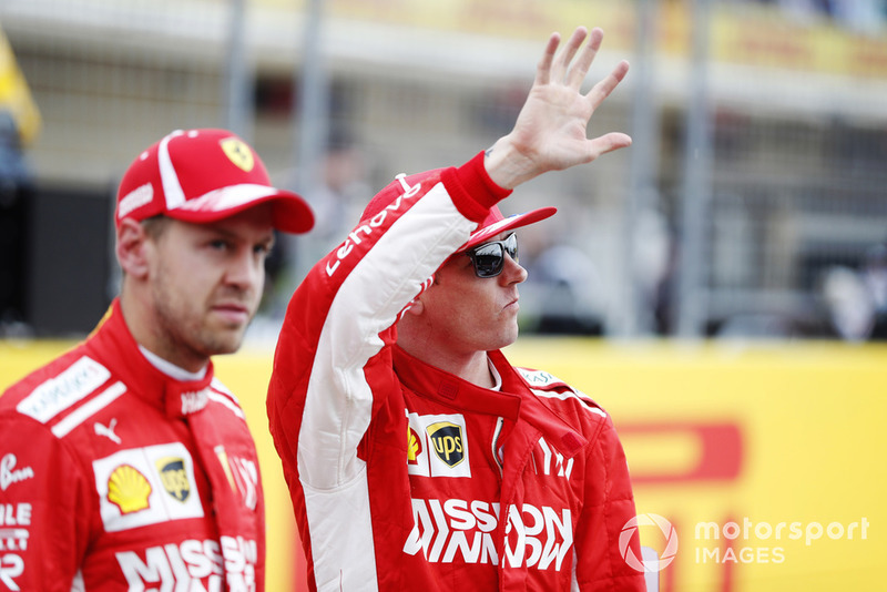Sebastian Vettel, Ferrari, et Kimi Raikkonen, Ferrari, saluent les fans