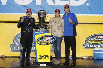 Campeón Brett Moffitt, Hattori Racing Enterprises, Toyota Tundra AISIN Group con Tyler Gibbs of TRD y su esposa