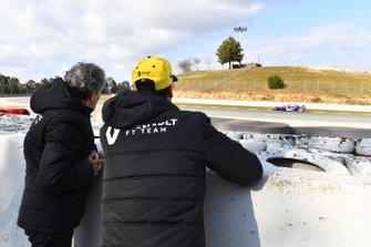 Daniel Ricciardo, Renault F1 Team e Alain Prost, consigliere speciale Renault F1 Team, guardano l'azione da bordo pista, mentre transita Alex Albon, Scuderia Toro Rosso STR14