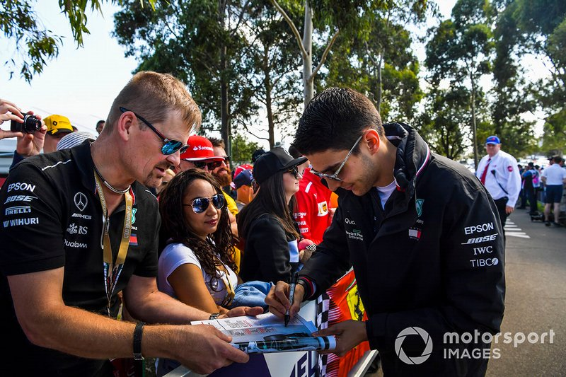 Esteban Ocon, Mercedes AMG F1, firma autografi ai tifosi