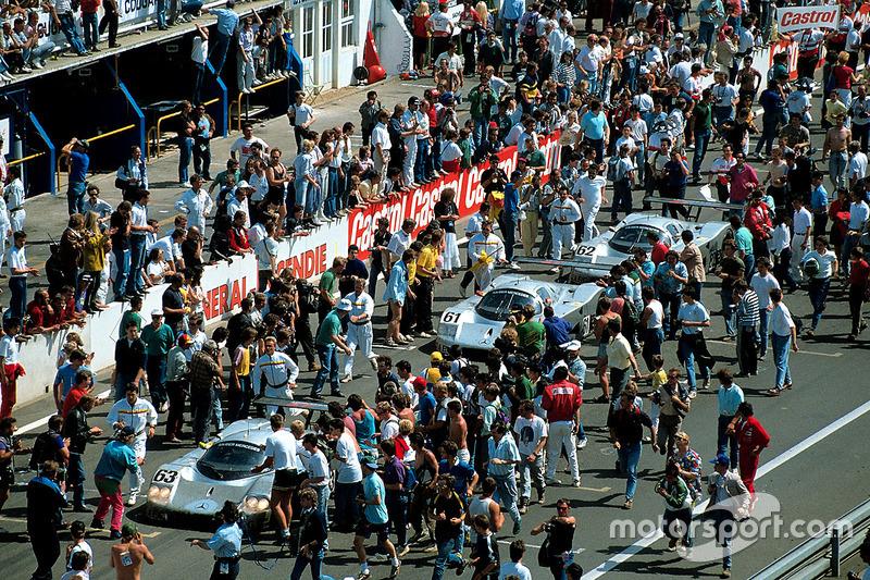 Nach der Zieldurchfahrt: #63 Team Sauber Mercedes, Sauber C9 Mercedes-Benz: Jochen Mass, Manuel Reut