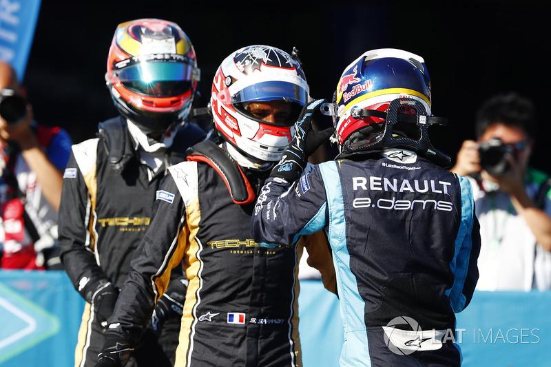 Sébastien Buemi, Renault e.Dams, discute della gara con Stéphane Sarrazin, Techeetah, nel parco chiu