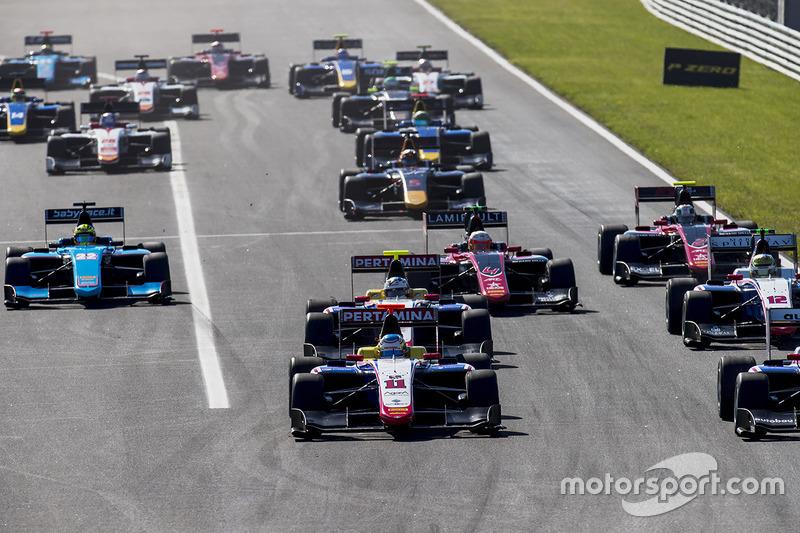 Ryan Tveter, Trident, lidera a, Giuliano Alesi, Trident, Kevin Jörg, Trident, y al resto del grupo en la arrancada