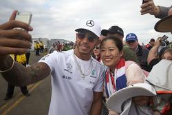 Льюис Хэмилтон с болельщиками, Mercedes AMG F1