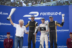 Sr Richard Branson, Sam Bird, DS Virgin Racing, Jean-Eric Vergne, Techeetah, y Stéphane Sarrazin, Techeetah, celebrate en el podio