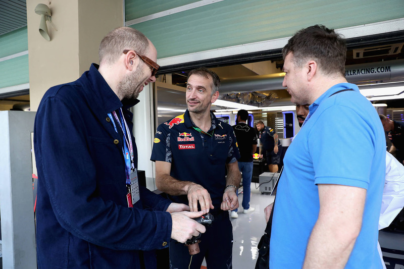 Los Chemical Brothers en el garaje de Red Bull Racing