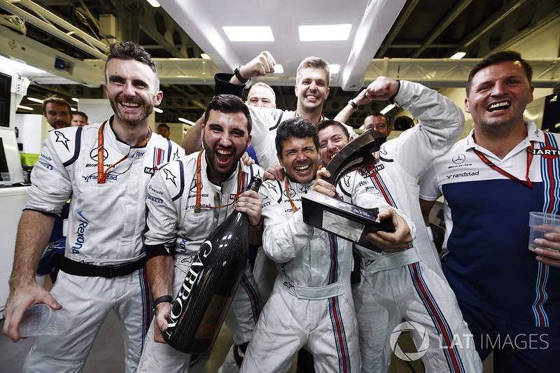 Los miembros del equipo Williams celebran el tercer lugar de Lance Stroll