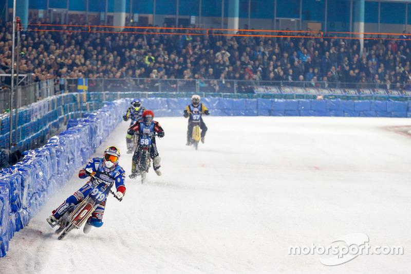 Дмитрий Хомицевич возглавляет заезд