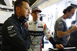 Yusuke Hasegawa, Director Gerente a oficial de Honda, con Stoffel Vandoorne, McLaren
