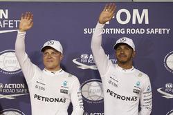 Ganador de la pole Valtteri Bottas, Mercedes AMG, segundo lugar Lewis Hamilton, Mercedes AMG