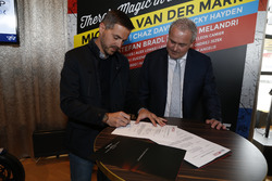 Arjan Bos, Chairman of the Circuit van Drenthe Foundation sign the contract