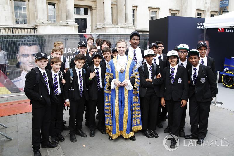 Los niños de la escuela de Catedral del St George en Southwark con el alcalde de Londres