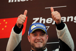 Podium: Race winner Rob Huff, Leopard Racing Team WRT, Volkswagen Golf GTi TCR