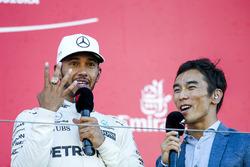 Temporada 2017 F1-japanese-gp-2017-race-winner-lewis-hamilton-mercedes-amg-f1-tries-on-the-indy-500-winne