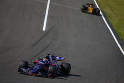 Пьер Гасли, Scuderia Toro Rosso STR12, и Джолион Палмер, Renault Sport F1 Team RS17