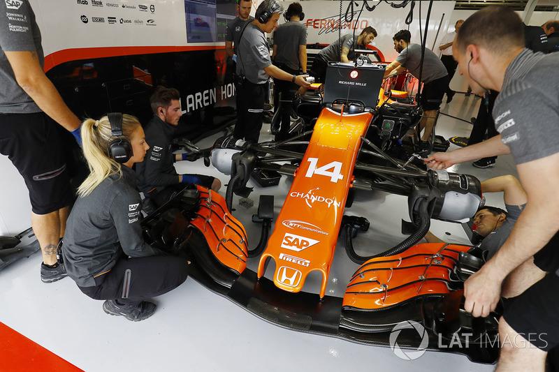 El equipo McLaren trabaja en el coche de Fernando Alonso, McLaren MCL32