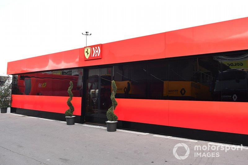 Das Geld: Ferrari ist das Team mit dem größten Budget. Für 2019 wurden noch einmal mehr Mittel freigegeben, um endlich einen Titel nach Maranello zu holen. Gleichzeitig wird auf Fahrerseite ein Topverdiener (Kimi Räikkönen) durch einen günstigeren Youngster (Charles Leclerc) ersetzt. Das bedeutet mehr Geld für die Technik.