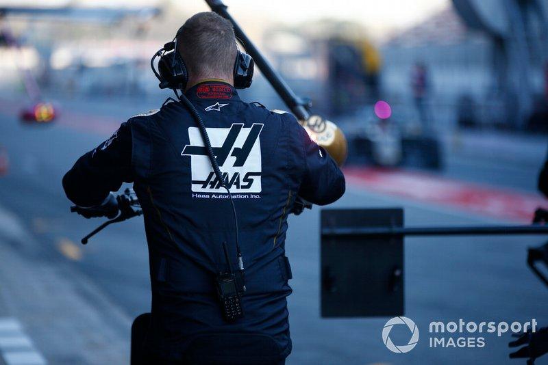 Un mécanicien Haas F1