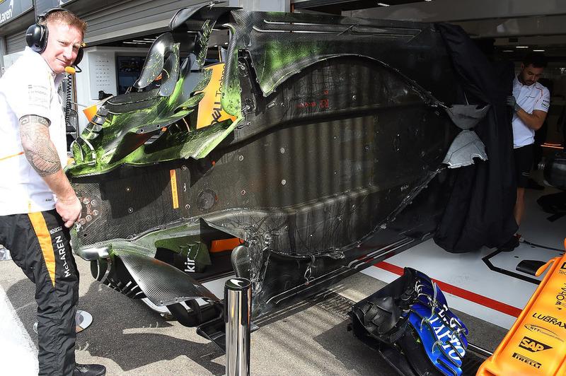 Fond plat de la McLaren MCL33 couvert de peinture