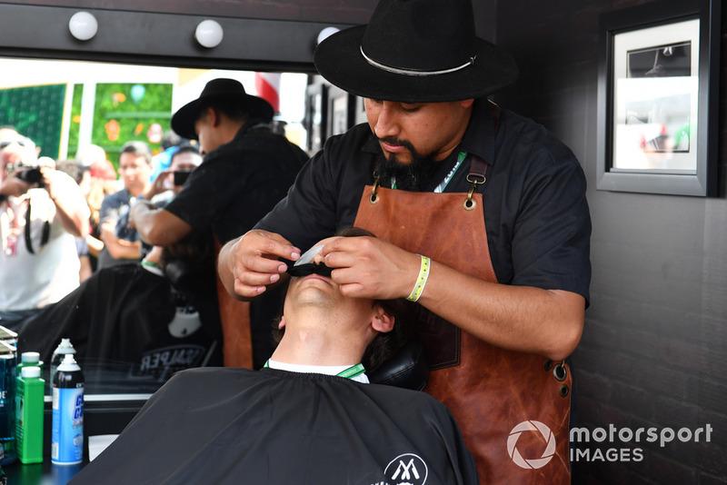 Esteban Gutierrez chez le barbier du paddock