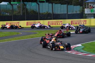 Max Verstappen, Red Bull Racing RB14 precede Sebastian Vettel, Ferrari SF71H