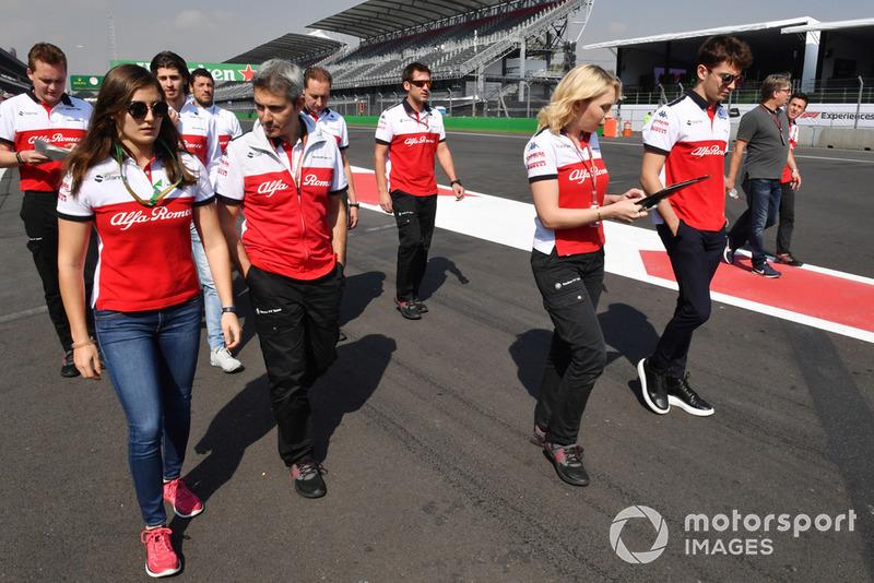 Tatiana Calderón, Sauber Test Driver y Charles Leclerc, Sauber caminan por la pista