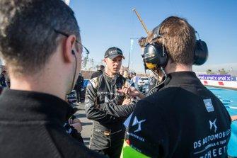 Andre Lotterer, DS TECHEETAH, parle avec son équipe sur la grille