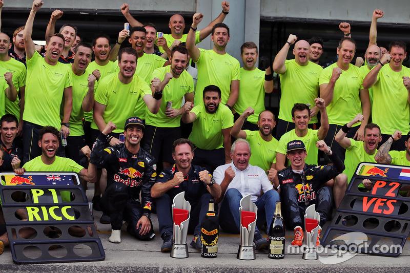 Race winner Daniel Ricciardo, Red Bull Racing celebrates with team mate Max Verstappen, Red Bull Racing, Dr Helmut Marko, Red Bull Motorsport Consultant, Christian Horner, Red Bull Racing Team Principal, and the team