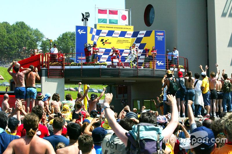 Podium: Sieger Valentino Rossi, 2. PLatz Max Biaggi, 3. Platz Tohru Ukawa