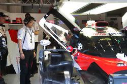 ガレージで作業を受ける5号車トヨタTS050ハイブリッドと村田久武パワーユニット開発部長